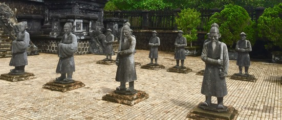 Patio de honra na tumba de Khai Dinh nos arredores de Hue.
