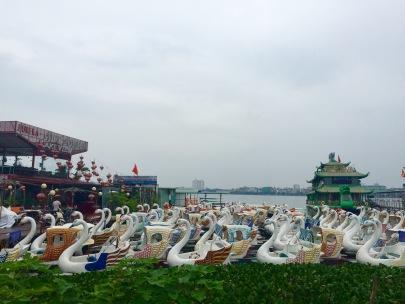 Restaurantes flotantes no lago do Oeste ou Tay Ho.