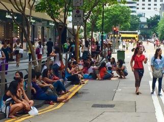 Inmigrantes na rúa en festivo.