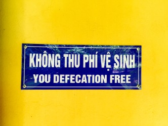 Letreiro ben clariño nos aseos dunha das tumbas de Hue (Vietnam).