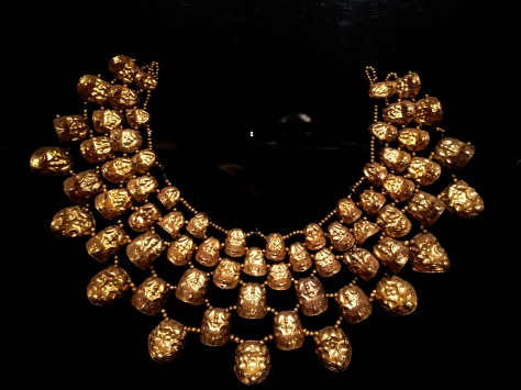 Colar de ouro no Museo Brüning. O Museo Tumbas Reales impide fotografiar a colección exposta.