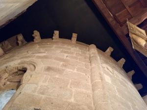 Canzorros da ábsida dende o interior da sancristía