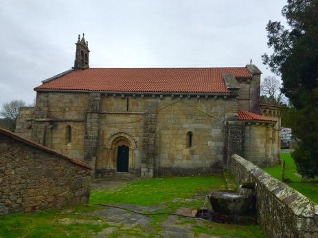 Lateral do templo dende os restos do claustro