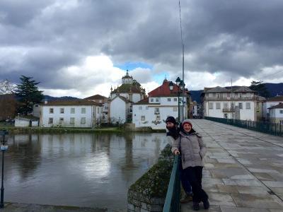 Olga e Bruno sobre a ponte romana sobre o río Tâmega