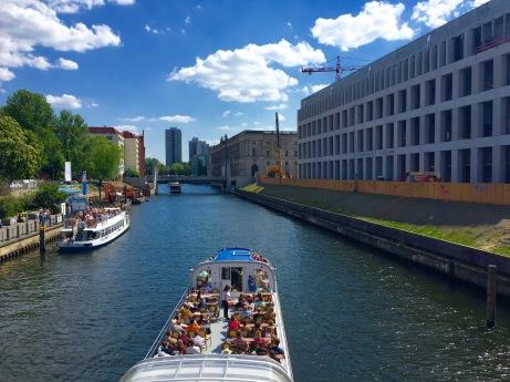 Cruceiros polo río Spree dende o peirao do barrio de Nikolaiviertel