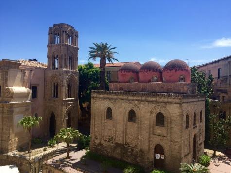 As igrexas da Martorana (esquerda) e S. Cataldo (dereita)