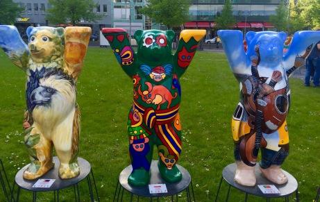Preto do Monumento aos Xudeus, exposición con máis de 100 Buddy Bears representando a outros tantos países. A finalidade é promover a tolerancia e comprensión entre as nacións do mundo