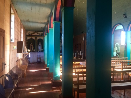 Interior da igrexa de Colo vista a través da fiestra