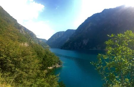 Lago formado polo encoro do canón Piva
