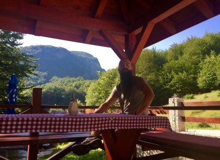 Almorzo no camiño a Šćepan Polje