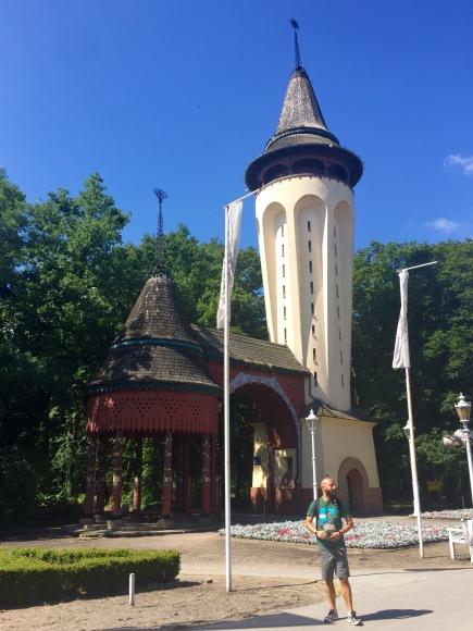 Torre da auga e entrada ao parque de Palic