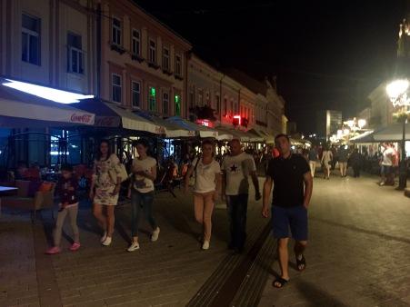 Ambiente nocturno na rúa principal