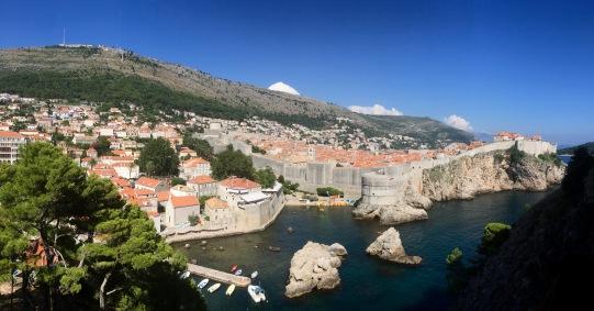 Dubrovnik co forte Bokar e as murallas en primeiro plano e o Monte San Serxio ao fondo