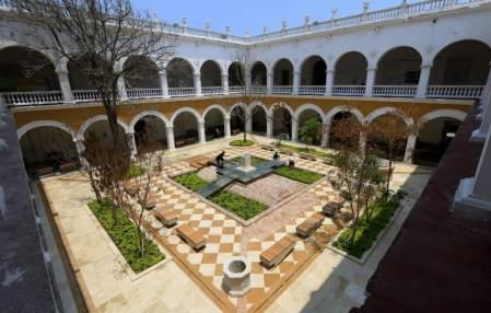 Patio do Convento de la Merced co memorial a Gabo no centro