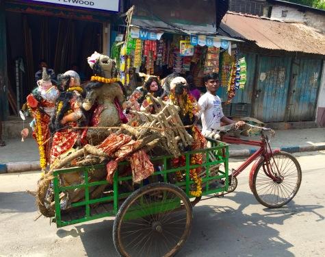 Recollida de restos de estatuas de deuses do Durga Puja