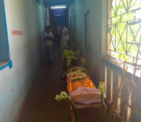 Corpos esperando pola súa cremacion no Burning Ghat