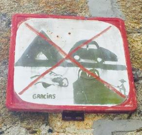Curioso sinal na aldea leonesa de Suárbol. Prohibido subir á montaña con pamela? E que é o que colle coa man?