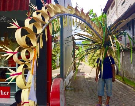 Curioso home-flor? nas rúas de Seminyak en Bali (Indonesia)