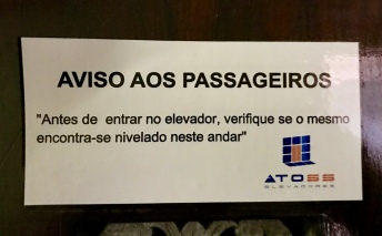 Mensaxe habitual nos ascensores brasileiros
